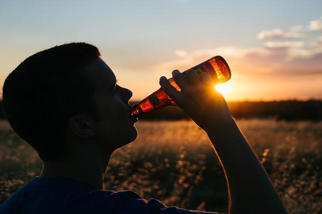 pije piwo