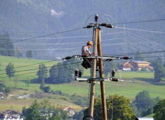 ile zarabia elektryk